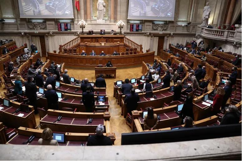 """Read more about the article COVID-19: PS defende que """"Portugal não falhou"""", PSD diz que Governo """"andou atrás do prejuízo"""""""